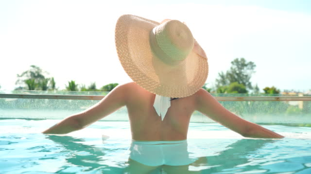 vídeos de stock, filmes e b-roll de as mulheres brincam no verão. - hat