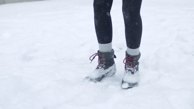 vídeos y material grabado en eventos de stock de mujeres juguetonas patea la nieve en el aire - toronto
