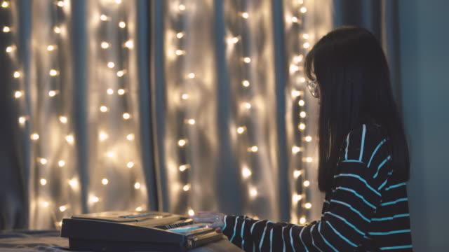 vídeos de stock e filmes b-roll de women playing piano on the bedroom  stock video - tecla de piano