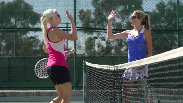 vidéos et rushes de women playing tennis. - slow motion - deux personnes