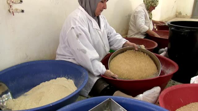 vídeos de stock, filmes e b-roll de women preparing couscous, jerico, palestine - contéiner de plástico