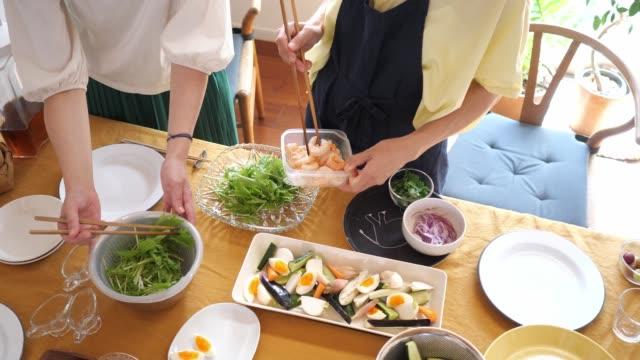 ランチパーティーにサラダを用意する女性たち - 神奈川県点の映像素材/bロール