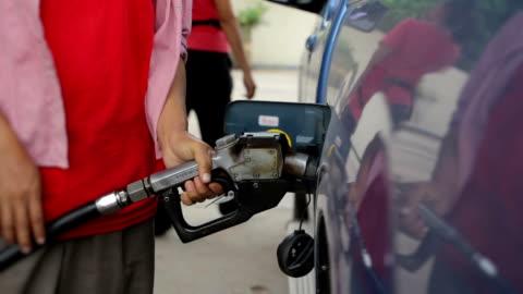 vídeos y material grabado en eventos de stock de las mujeres bombas de combustible en una gasolinera - echar combustible