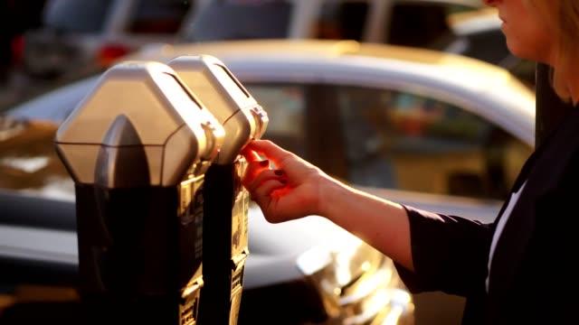 パーキング メーターにコインを入れ女性。