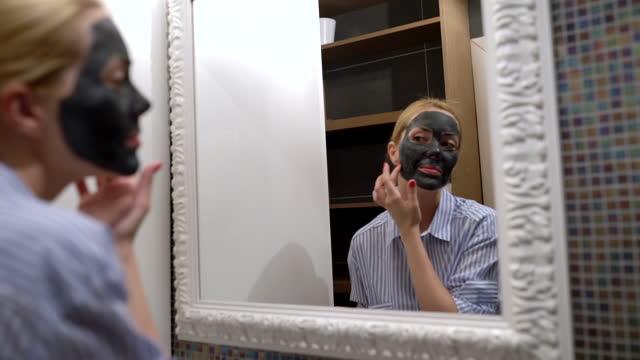 vídeos y material grabado en eventos de stock de mujeres poniendo máscara en la cara - cuidado