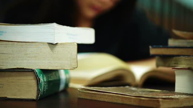 女性が図書館で本を読んで - 試験点の映像素材/bロール