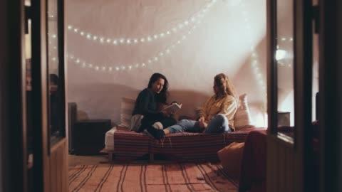 vídeos y material grabado en eventos de stock de women reading on sofa - casa independiente