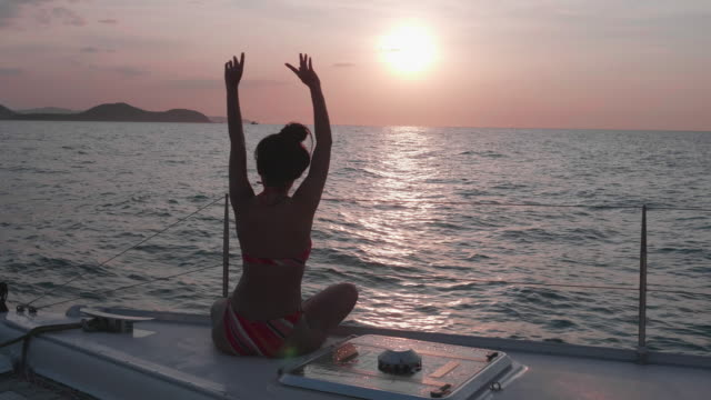 vídeos de stock e filmes b-roll de women relax on the yacht - retroiluminado