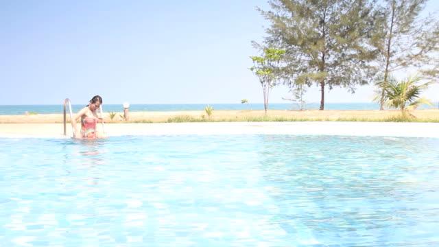 Frau Entspannen im Schwimmbad