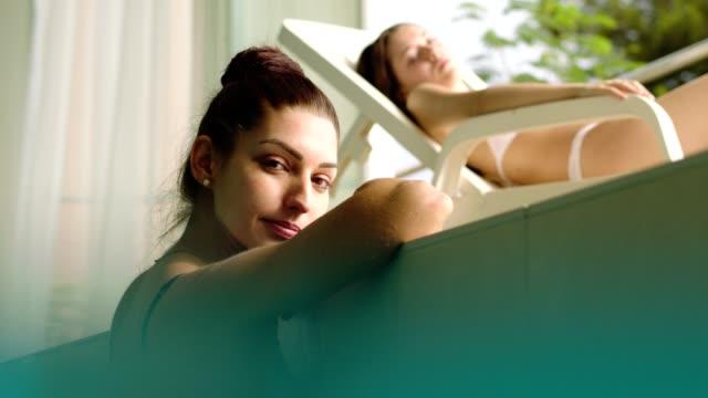 vídeos de stock e filmes b-roll de women relaxing in the pool - cabelo natural