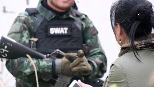 vidéos et rushes de senior de femmes journaliste entrevue entièrement équipées soldats - journaliste