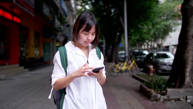 vídeos de stock e filmes b-roll de women requesting taxi from a smart phone - encomendar