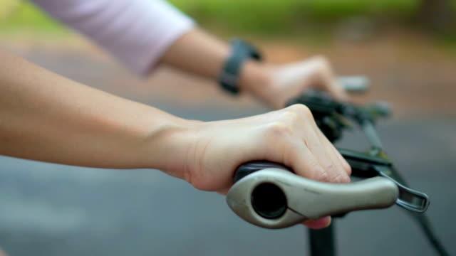 Vrouwen met fiets in het park, Slow motion