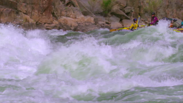 ws ts pan slo mo women rowing raft down grand canyon / grand canyon, arizona, usa  - 努力点の映像素材/bロール