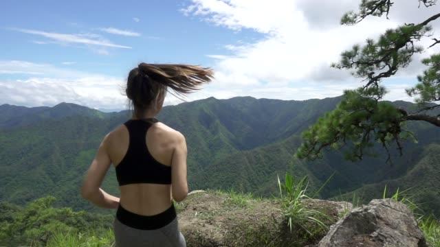 vídeos de stock, filmes e b-roll de mulheres correndo na floresta, câmera lenta - calções de corrida