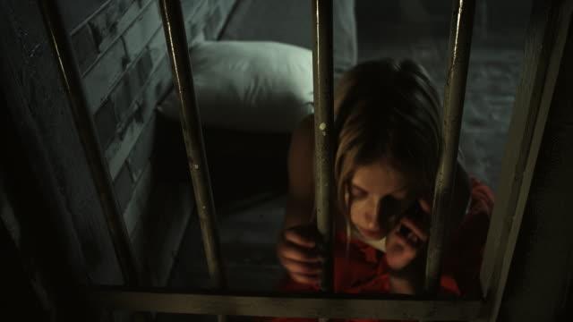Frauen heimlich reden über Handy bei Gefängniszelle