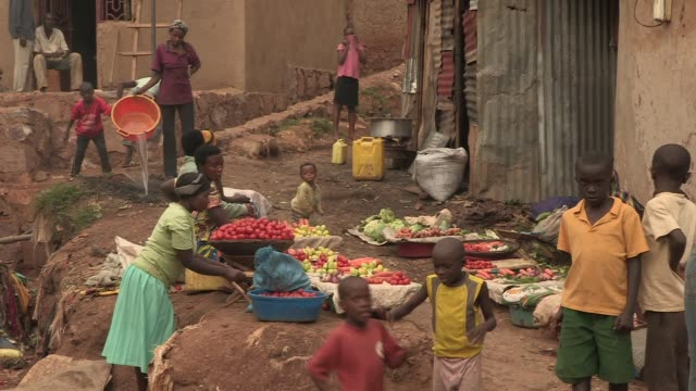 women sell fruits and vegetables at a local market in rural rwanda - ルワンダ点の映像素材/bロール