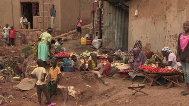 women sell fruits and vegetables in rural rwanda - ルワンダ点の映像素材/bロール