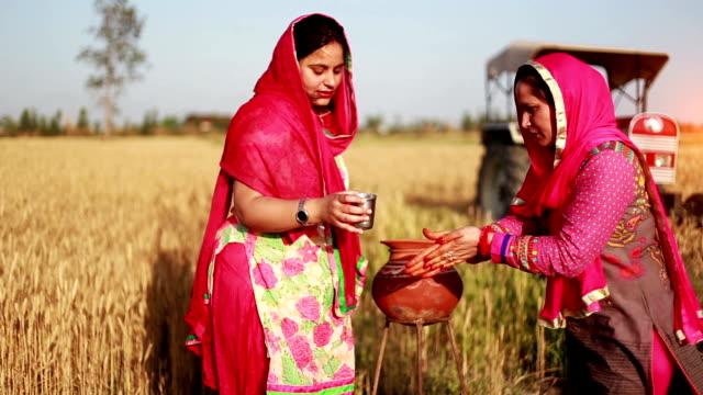 vidéos et rushes de femme avec de l'eau dans un style traditionnel - indian ethnicity
