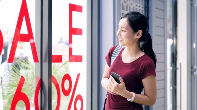 vídeos de stock, filmes e b-roll de mulheres fazendo compras no outlet - estação do ano
