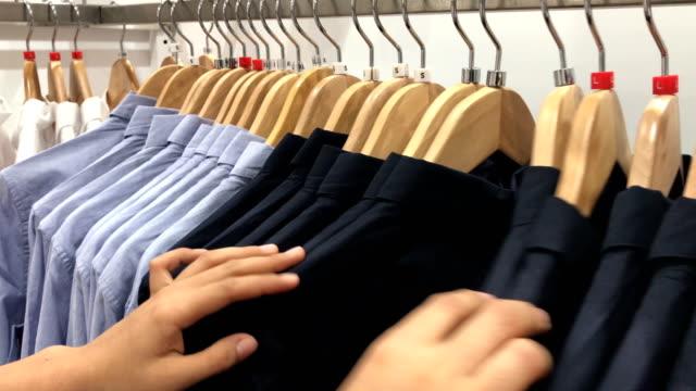 vídeos de stock, filmes e b-roll de compras de roupas de mulheres. - equipamento doméstico