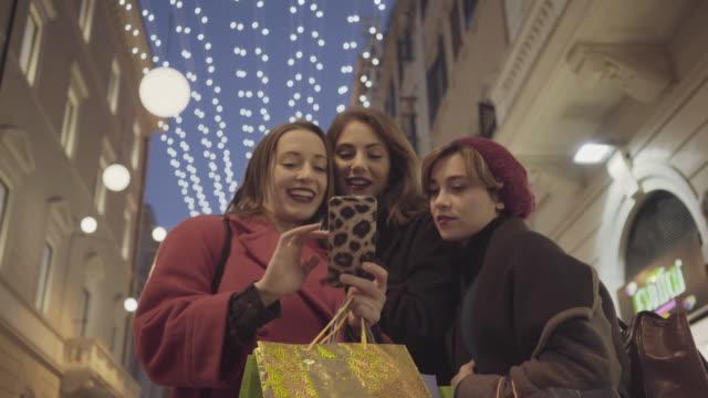 frauen einkaufen während der weihnachtszeit in rom, italien - weihnachtsgeschenk stock-videos und b-roll-filmmaterial