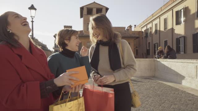 ローマのスペイン階段の販売の間に買物女性 - ラツィオ州点の映像素材/bロール
