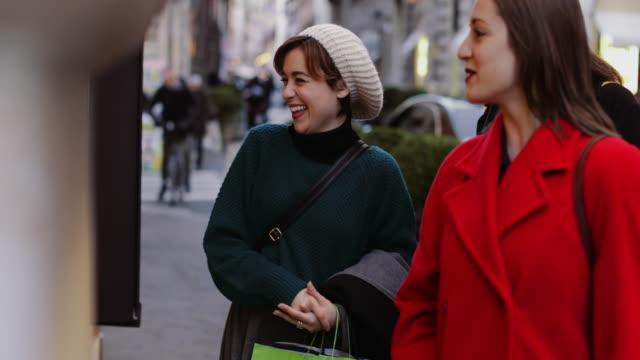 rome, イタリアの冬の売り上げ高の中にショッピング女性 - ラツィオ州点の映像素材/bロール