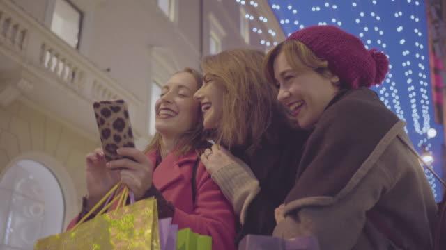 ローマ、イタリアで冬の販売中に買い物をする女性 - ラツィオ州点の映像素材/bロール