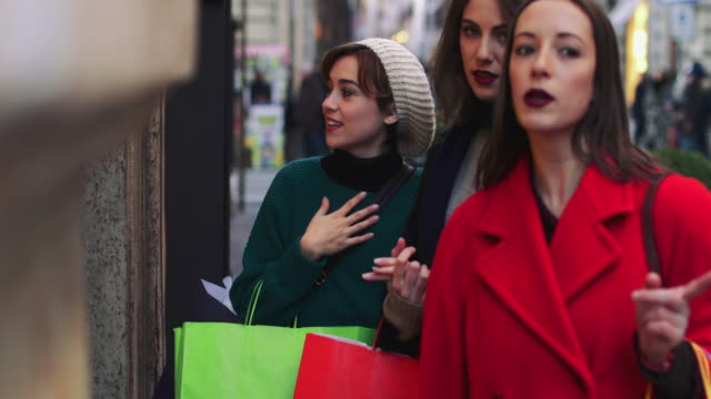 vídeos de stock e filmes b-roll de women shopping during winter sales in rome, italy - atividade comercial