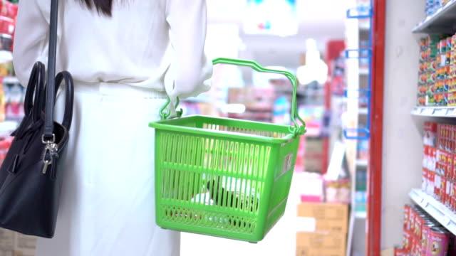 Frauen Einkaufen im Supermarkt, Slow-Motion.