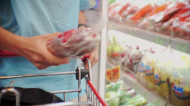 vidéos et rushes de femmes shopping dans le supermarché, close-up - étiquette