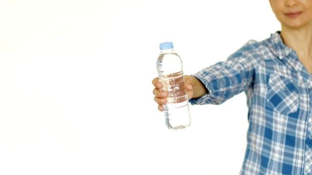 vídeos y material grabado en eventos de stock de mujeres que muestran botella de agua - dar