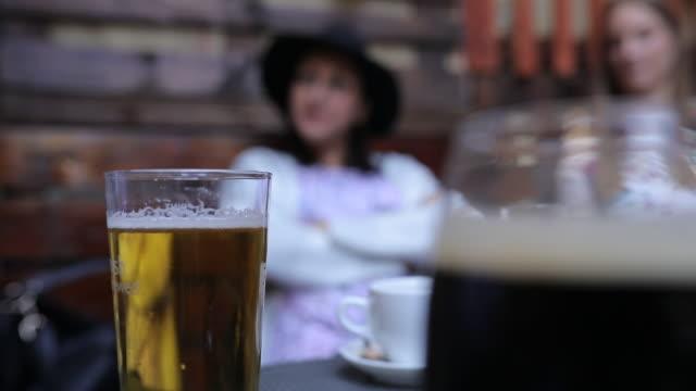 stockvideo's en b-roll-footage met vrouwen zitten in pub - koffie drank