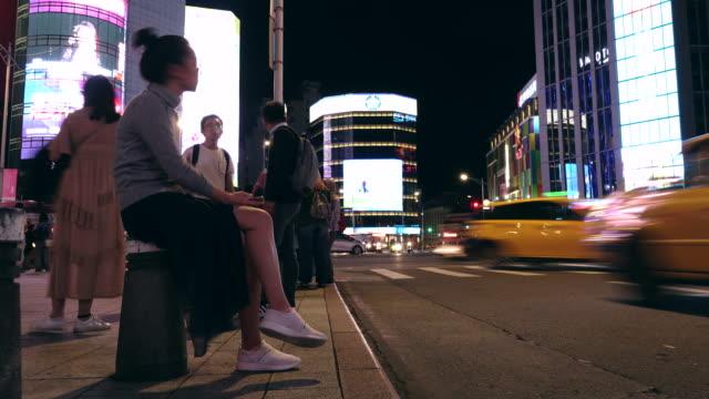 Femmes assises nuit de zone Taipei city Ximen time laps de temps de circulation