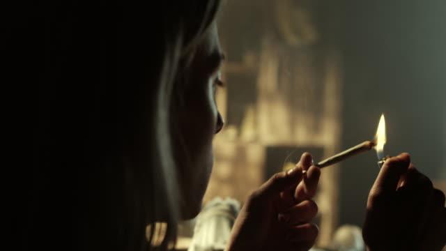 Frauen rauchen Marihuana-Joints