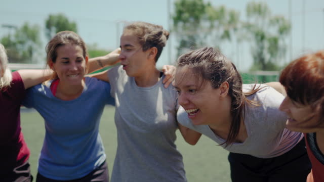 vídeos y material grabado en eventos de stock de equipo de fútbol femenino celebrando el éxito - sports training