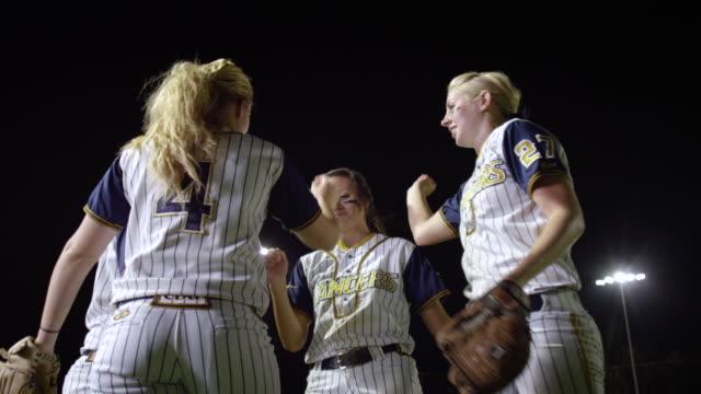 vidéos et rushes de ms slo mo women softball players on ground team cheer / riverside, california, united states  - spiritualité