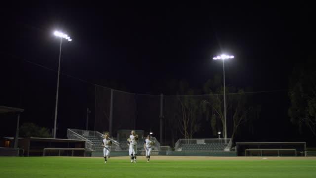 vídeos y material grabado en eventos de stock de ws slo mo women softball players running toward and pass camera / riverside, california, united states  - sófbol