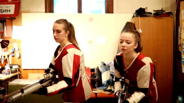 kvinnor sport shooter utbildning - skjutvapen bildbanksvideor och videomaterial från bakom kulisserna