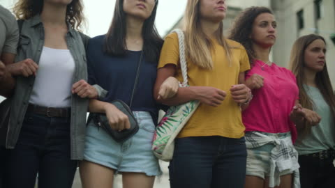 frauen stehen zusammen - frauenrechte stock-videos und b-roll-filmmaterial