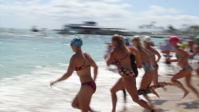 women start swimming race in ocean waikiki beach hawaii - salmini 個影片檔及 b 捲影像