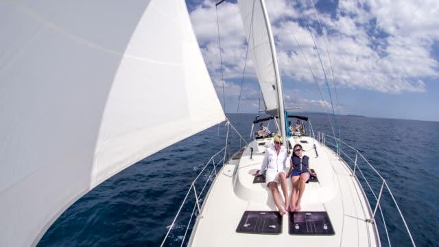 WS mujeres de tomar el sol en el barco de vela