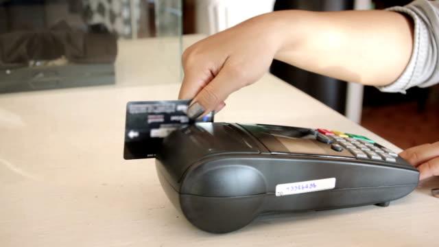女性スワイプ、クレジットカード、ドリー撮影 - クレジット決済点の映像素材/bロール