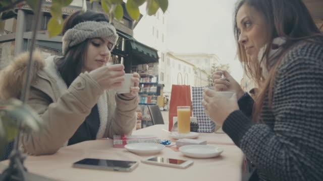 女性の中には、コーヒーショップ - ラツィオ州点の映像素材/bロール