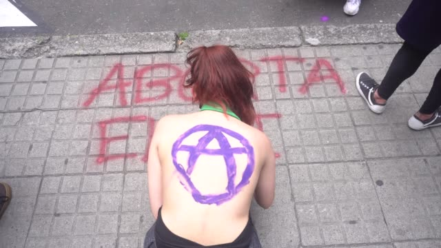 women take part in a demonstration demanding the legalisation of abortion in the framework of the international safe abortion day in bogota,... - 参加者点の映像素材/bロール
