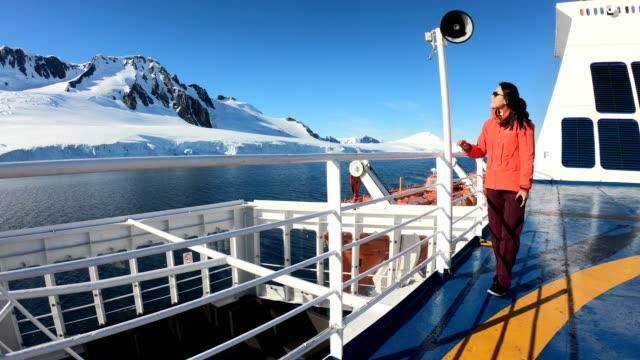 vidéos et rushes de femmes prennent des photos sur un bateau d'antarctique - manteau et blouson d'hiver