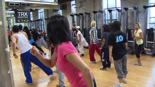 vidéos et rushes de women taking a hip hop dance class on march 06 2012 in los angeles california - studio de danse