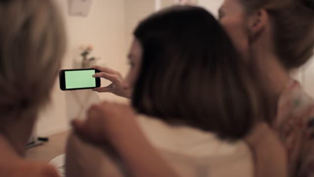vidéos et rushes de femmes prenant mentionné les selfies - équipement photographique