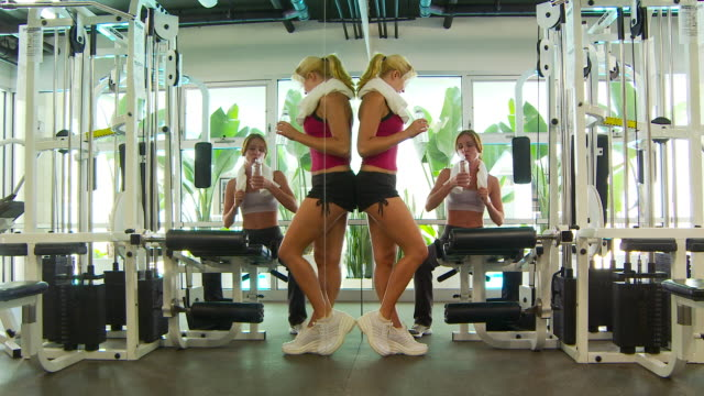 women talking after working out and drinking water - braccio umano video stock e b–roll